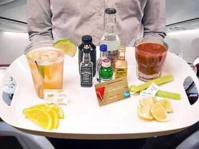 这些免费提供:通常飞机上都准备了足够的罐装饮料,小瓶矿泉水以及