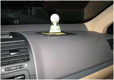 劣质汽车香水充斥市场-汽车暴晒甲醛超标 车内二次污染毒上加毒高清图片