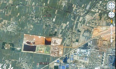 从谷歌卫星地图上看,信华集团赤泥沉降大坑周边分布着数个村庄