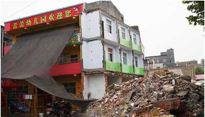 郑州一无证幼儿园的孩子在半截危楼里上课