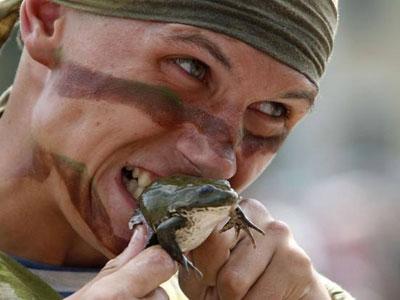 蛇或喝了含虫卵的生水,甚至用感染寄生虫的青蛙皮和蛇皮敷皮肤治疗