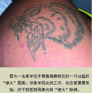 朋友的陪伴下来到一家纹身店,咬牙忍痛在小腿上纹了一个将近30厘米长