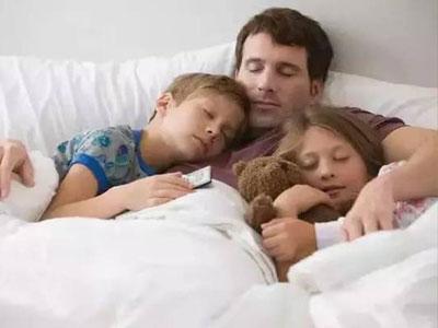 性早熟!原来是父母陪睡造成的!