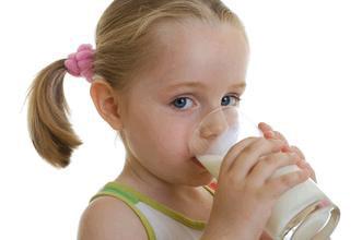 喝牛奶对儿童成长好处多