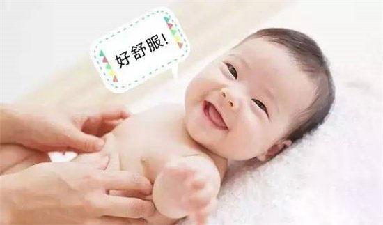 对于抚触来说,唯一的红灯就是宝宝的情绪。宝宝哭了,抚触就要停止。先找找原因,尿布是不是湿了?肚子是不是饿了?还是想睡觉了?或是哪里不舒服了?如果不是这些客观原因,就是宝宝不喜欢抚触。因为每个孩子的个性都是不同的,当他不愿意接受抚触的时候,最好给他一些其他的活动,比如一段优美的音乐,或是一个轻松的游戏。同样可以达到抚触的效果。 抚触的内容要按照宝宝年龄需要而定 宝宝长牙的时候,可以让他仰面躺下,多帮他按摩小脸;到了要爬的时候,再让他趴下,帮他练习爬爬;学习走路的时候,除了多给他做些腿上的按摩外,小脚丫也是