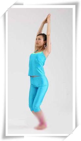 半蹲式瑜伽图片