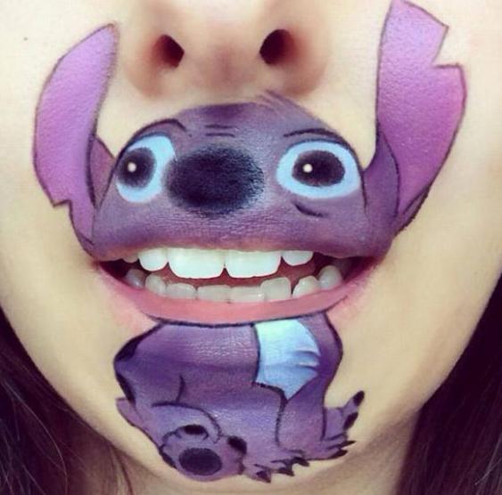 英化妆师在嘴唇上画卡通人物