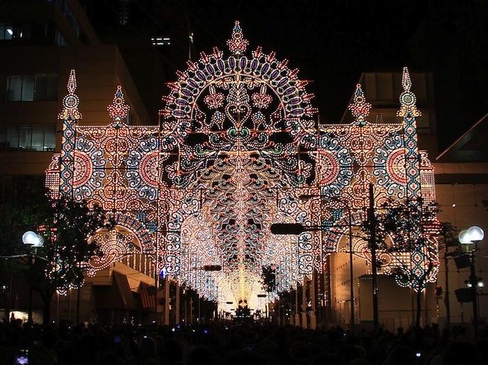 晚上10点左右,约20万只灯泡一同亮起,一座壮观的灯光拱廊浮现在夜空.