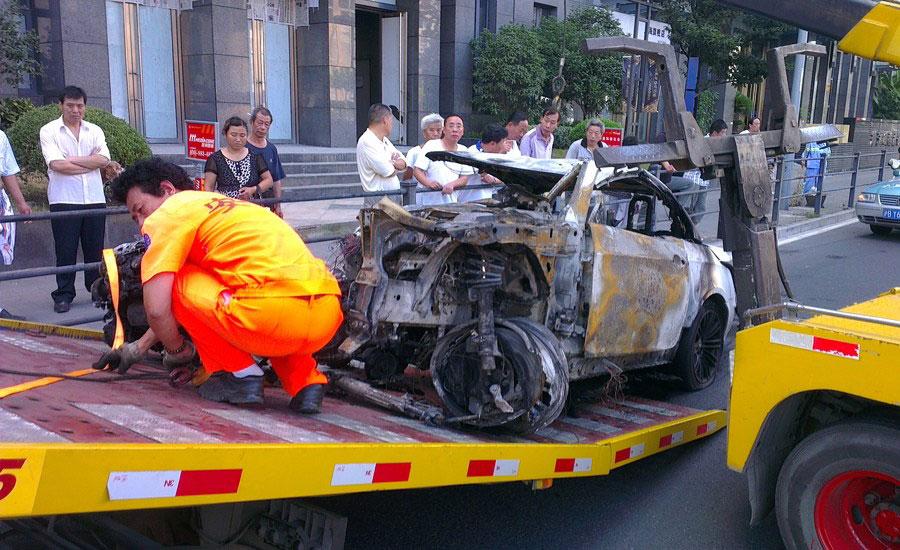 上海宝马车隧道撞毁 车内3人弹出后身亡