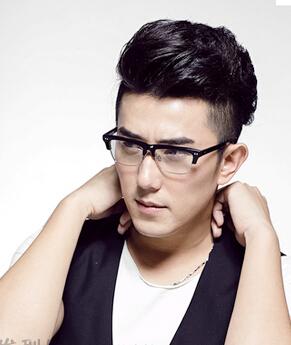 2015戴眼镜男生适合什么发型呢?蓬松短发发型彰显成熟